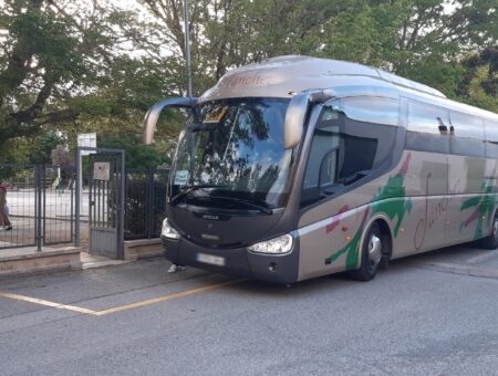 El Ayuntamiento de Falces ofrece 13 plazas de autobús gratuitas para el traslado del alumnado al colegio público